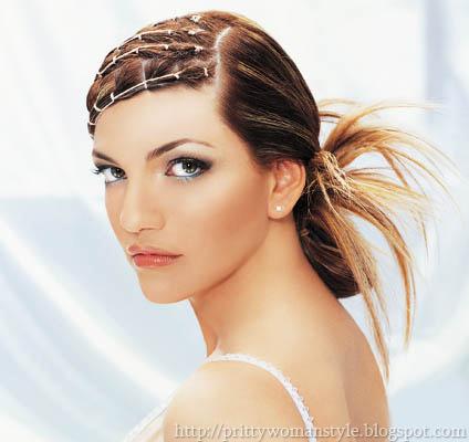 Екстравагантна прическа с прибрана коса и стърчащи кичури