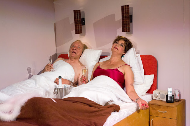 Ministeri Reino Viljanen (Esko Roine) ja hänen vaimonsa (Heidi Herala) sängyssä