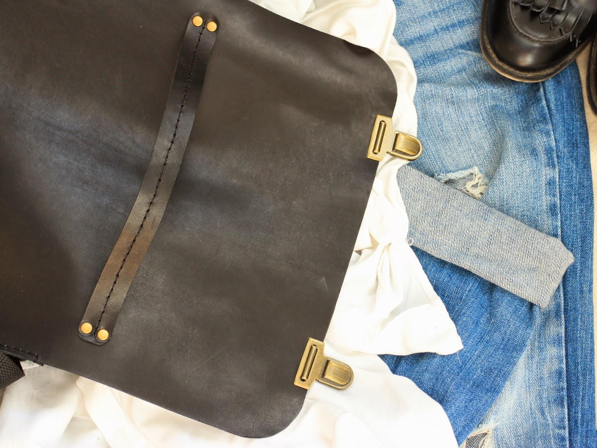 Кожаный портфель удобно носить в руке или на плече