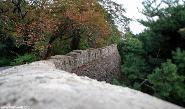 Muralla de Seúl al atardecer en la montaña Namsan