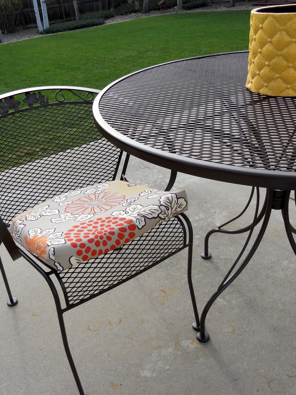Painted iron patio furniture - Fyi May I Recommend Scotts Turf Builder As A Really Good Fertilizer For A Lawn It S The Second Best Thing To Spray Painting Your Lawn A Bright Spring