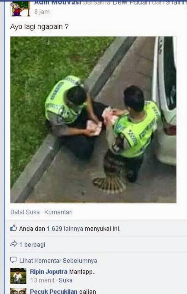 foto oknum polisi sibuk hitung uang
