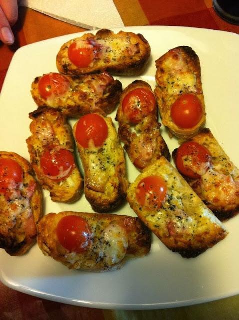 crostinis con tomate, bacon y orégano