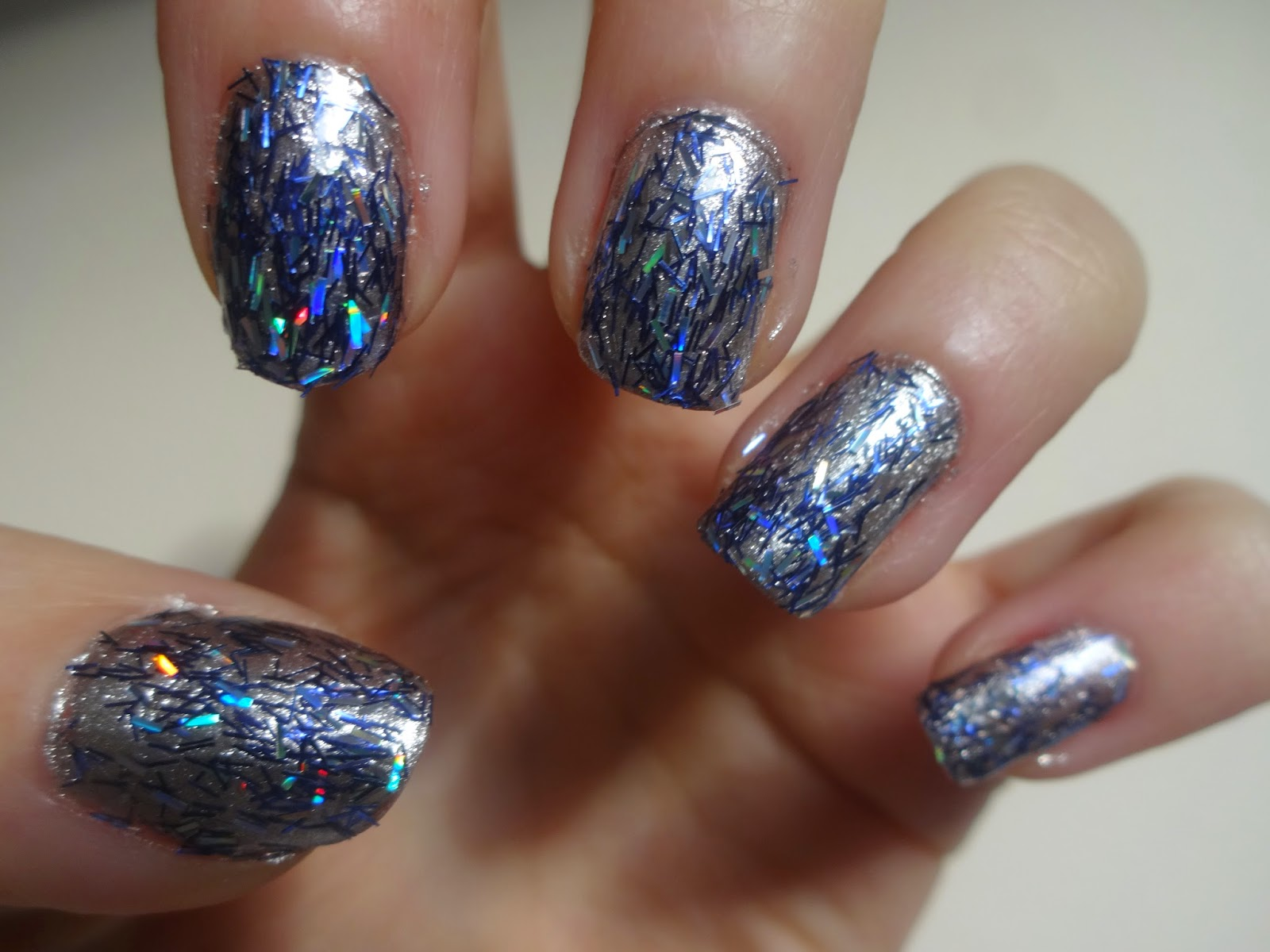 NOTD: Sparkly Blue Feather Look Nails