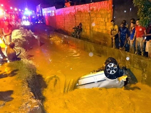 Carro caiu em canal no bairro de Santa Luzia, em Barreiras (Foto: Jadiel Luiz / Blog Sigi Vilares)