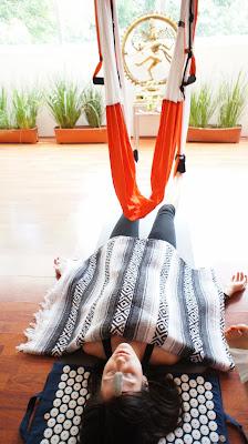 lega el método AeroYoga® de la mano de su creador Rafael Martínez!  Aeroyoga® es un método artístico de desbloqueo personal que trabaja en suspensión. Yoga Aéreo© by AeroYoga® está basado en el concepto de salud a partir del desbloqueo y la tonificación en la plataforma del columpio de Aero Yoga© para obtener el rejuvenecimiento (ver vídeo).  Gracias a los movimientos pendulares y al aumento exponencial de autoconciencia que nos aporta la plataforma del columpio de Aero Yoga©, el practicante de este método aéreo revolucionario consigue limpiar sus canales energéticos (meridianos , nadis ó marmas) sus centro de energía (Chakras) y los puntos específicos de tensión (puntos de acupuntura). Con ejercicios básicos y sencillos pero de una gran efectividad el practicante de AeroYoga® (Yoga Aéreo©) será capaz de desbloquear el flujo del CHI para DEPURAR, TONIFICAR Y REJUVENECER, 3 de los grandes y principales objetivos del AeroYoga®.