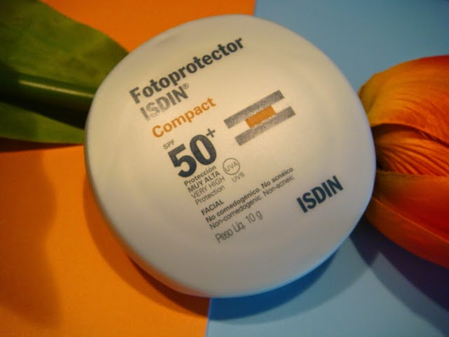 Fotoprotector Compact 50+ de Isdin en tono arena