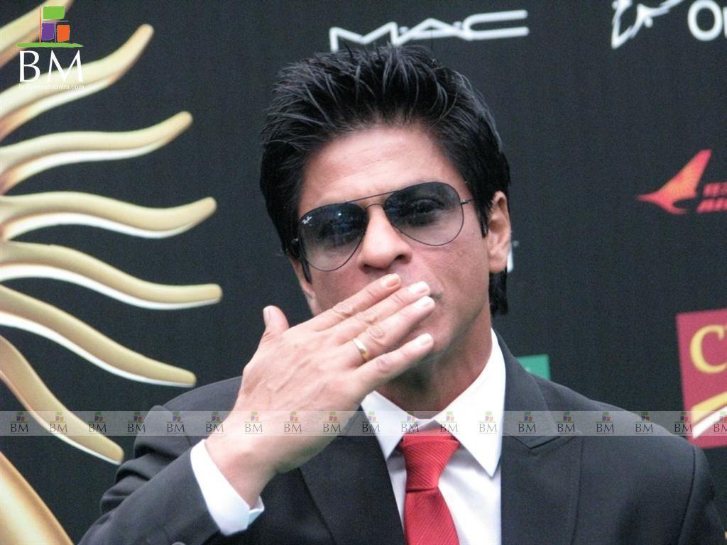http://1.bp.blogspot.com/-taSuoXjh3YU/TgmIcBzRmUI/AAAAAAAAHAA/JZp_3Dnqycc/s1600/shahrukh-khan_IIFA_Awards_2011-psupero_19.jpg
