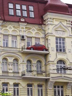 أوكراني يركن سيارته في الطابق الثالث!
