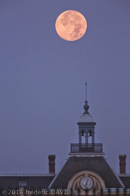 Super Lune Pleine Lune silhouette matin Grange Prévoté Savigny-le-Temple Seine-et-Marne