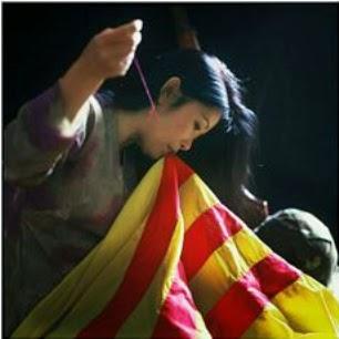 Anh hy sinh lá cờ in vết đạn , Em vá cờ , Em vá mảnh giang sơn.