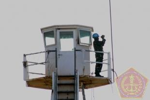 Salah satu Personil TNI Kontingen Garuda XXIII-G/UNIFIL tengah melakukan pengawasan