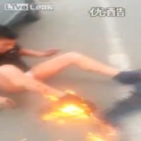 Acidente impressionante em Pequim na China - carros ardendo em chamas e vítimas e vítimas correndo com o corpo pegando fogo...  Confira a linha do tempo no video:  00:02 - você pode ouvir uma mulher gritando por socorro no carro em chamas (mulher foi retirado na 0:30) 00:50-  o cinegrafista perguntou se há uma criança no carro, e alguém respondeu que era um cachorro. 01:05 -  o motorista é acusado de excesso de velocidade