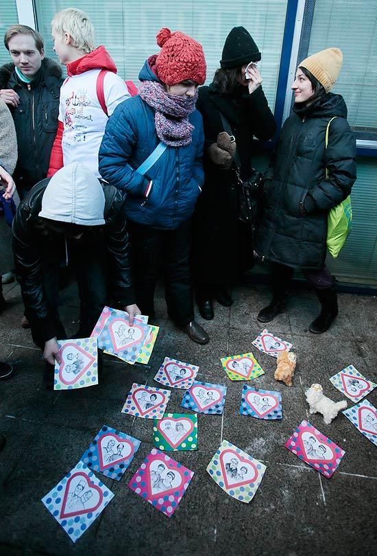 Ativistas LGBTs protestam em frente ao parlamento russo contra aprovação da lei (Foto: Mikhail Metzel/Associated Press)