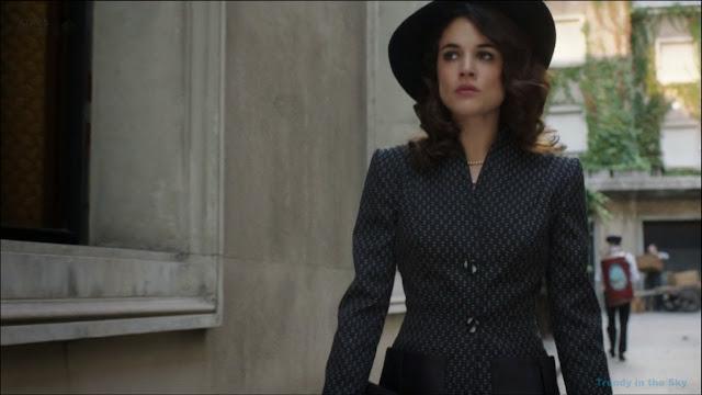 Sira Quiroga traje negro con detalles en blanco. El tiempo entre costuras. Capítulo 6