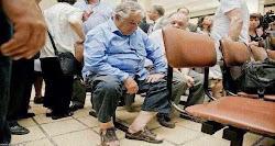 Definición de honorabilidad. Presidente de Uruguay espera su turno en un Hospital Público