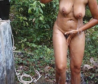 Indian Aunty Outdoor Nude Bathing Photos