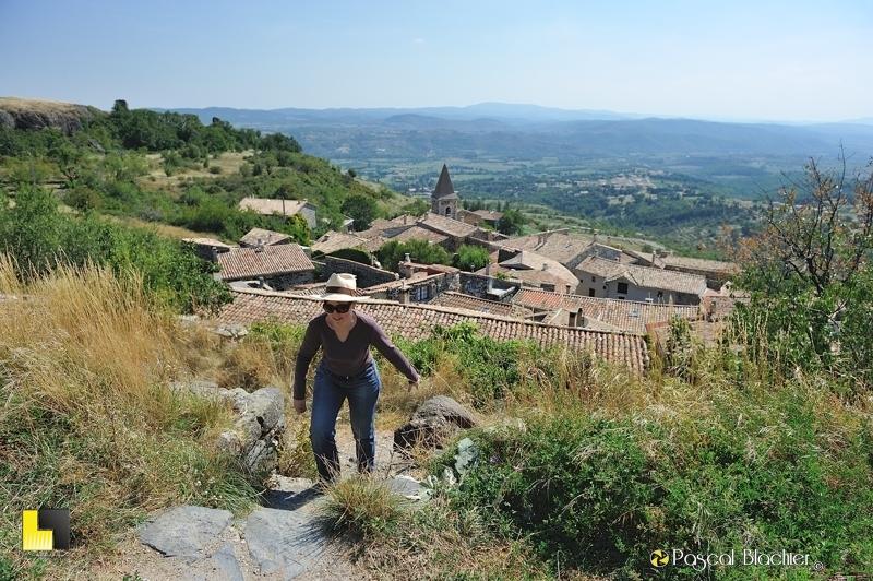 valérie blachier sur le sentier de la tour au dessus du village de mirabel photo blachier pascal