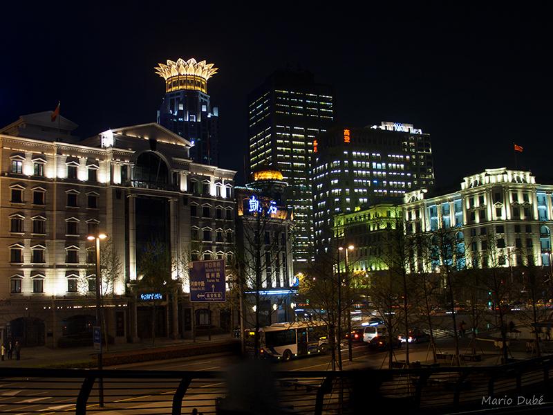 Édifices du Bund illuminés à la nuit tombée