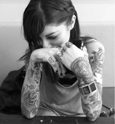 Dziewczyna z wieloma tatuażami, które pasują do jej urody