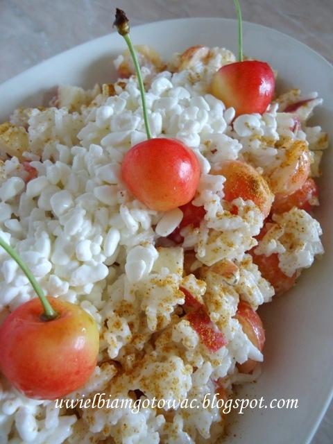 Sałatka z ryżem, czereśniami i jabłkiem