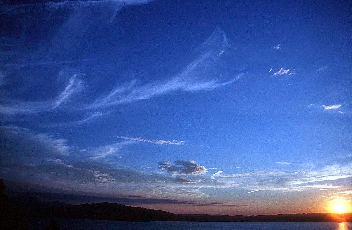 Mengapa Langit Siang Hari Berwarna Biru Dan Sore Hari Berwarna