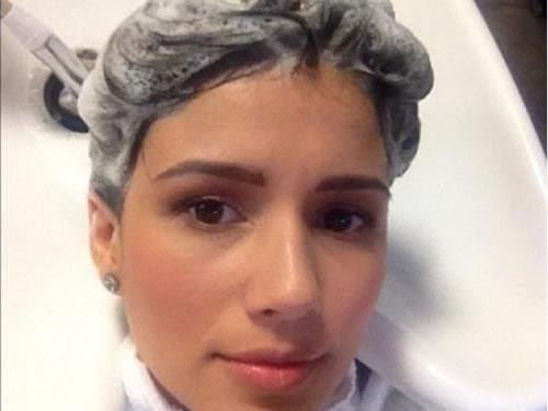 Paula Fernandes Lavando os cabelos