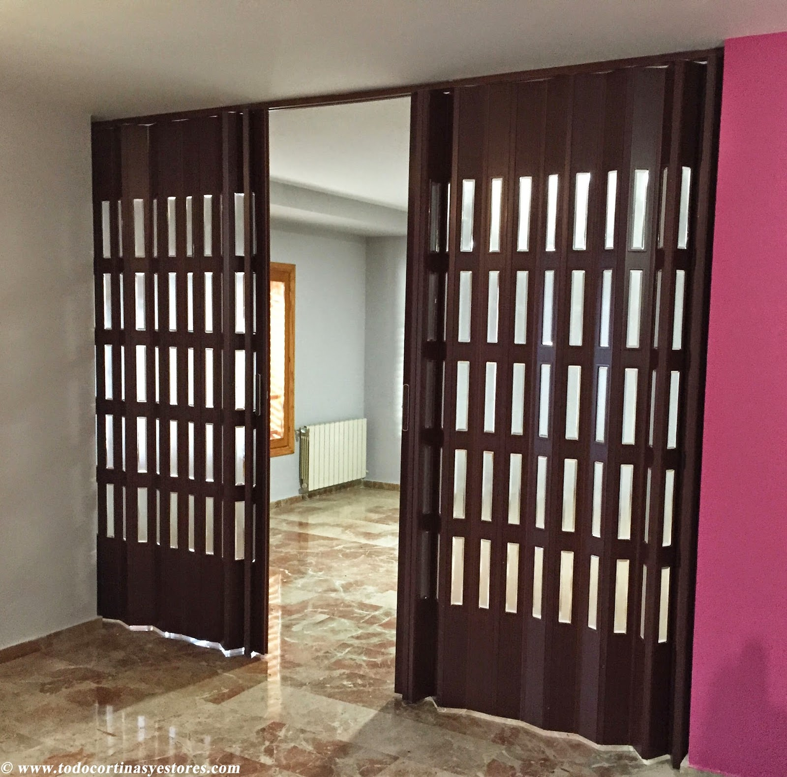Decoracion interior cortinas verticales estores for Puertas plegables interior
