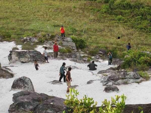 Turis dan warga local bermain di Bukit pasir putih wamena