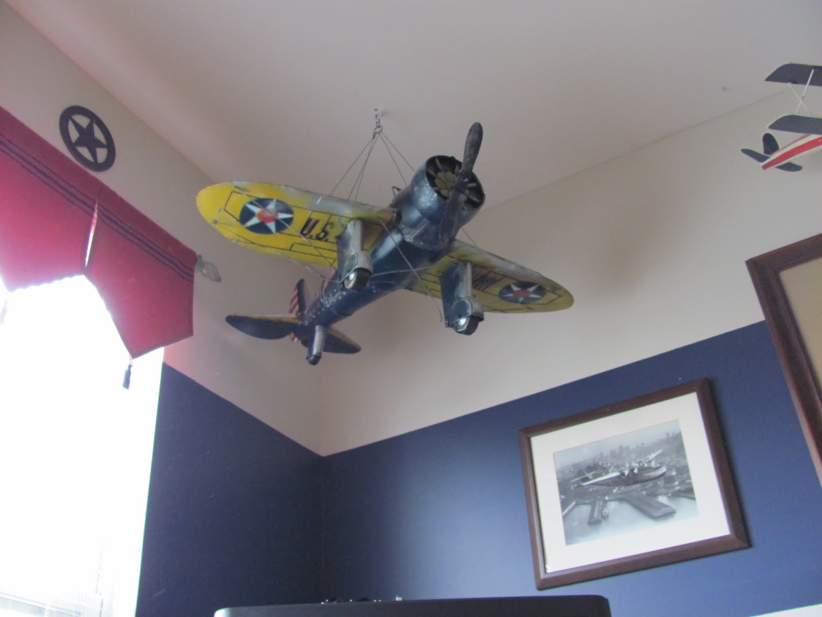 Header boys airplane bedroom for Aircraft decoration
