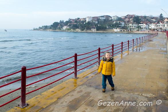 güneşli bir sonbahar gününde Kerpe sahilinde dolaşan oğlum, Kandıra Kocaeli