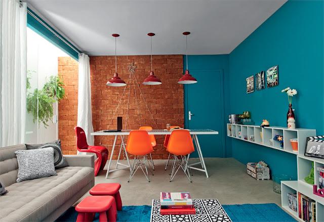 decoracao de sala jantar e estar juntas:Aqui o azul deu um toque super delicado à mobília antiga.