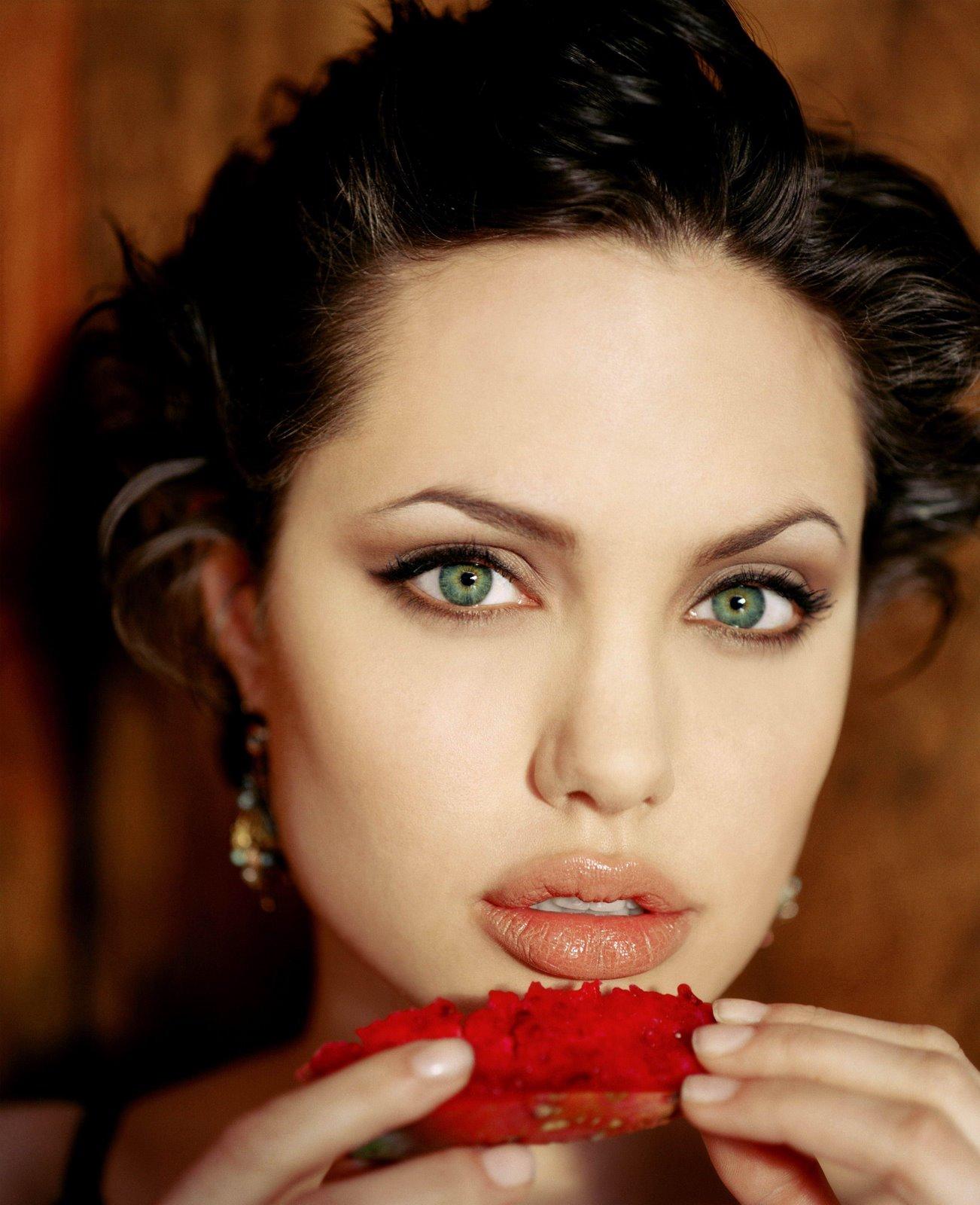 http://1.bp.blogspot.com/-tgsWuLW_n20/TrqOxT_hYWI/AAAAAAAADLc/kyMgUYt3uz4/s1600/short-hair-angelina-jolie-red.jpg