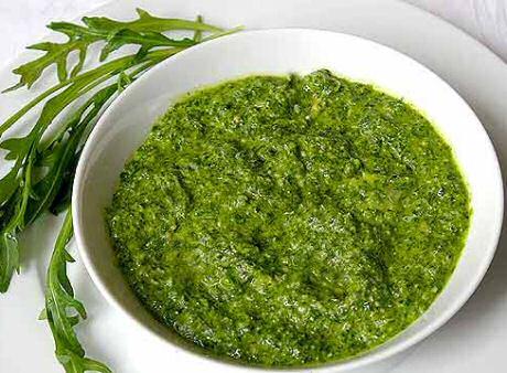 Lekker snel en makkelijk recept om zelf pesto te maken van rucola, pijnboompitten, kaas , olijfolie, peper en zout