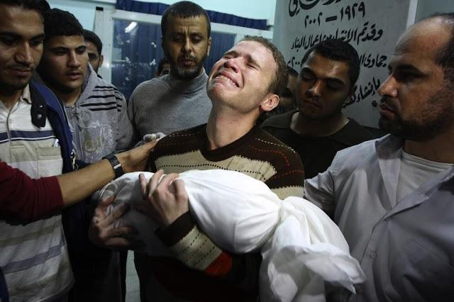 Repórter palestino carrega seu filho morto em ataque israelense
