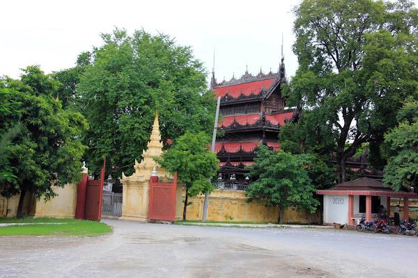 Entrada al Monasterio Shwenandaw Kyaung