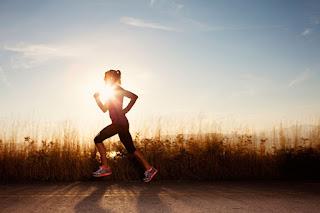 chica girl corriendo por el campo cielo azul running