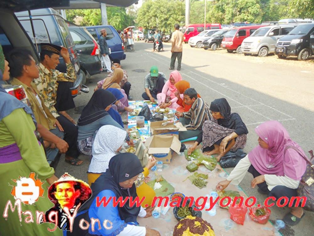 Acara makan di Komplek  Islamic Center Jl.Arif Rahman Hakim No.8 Subang.