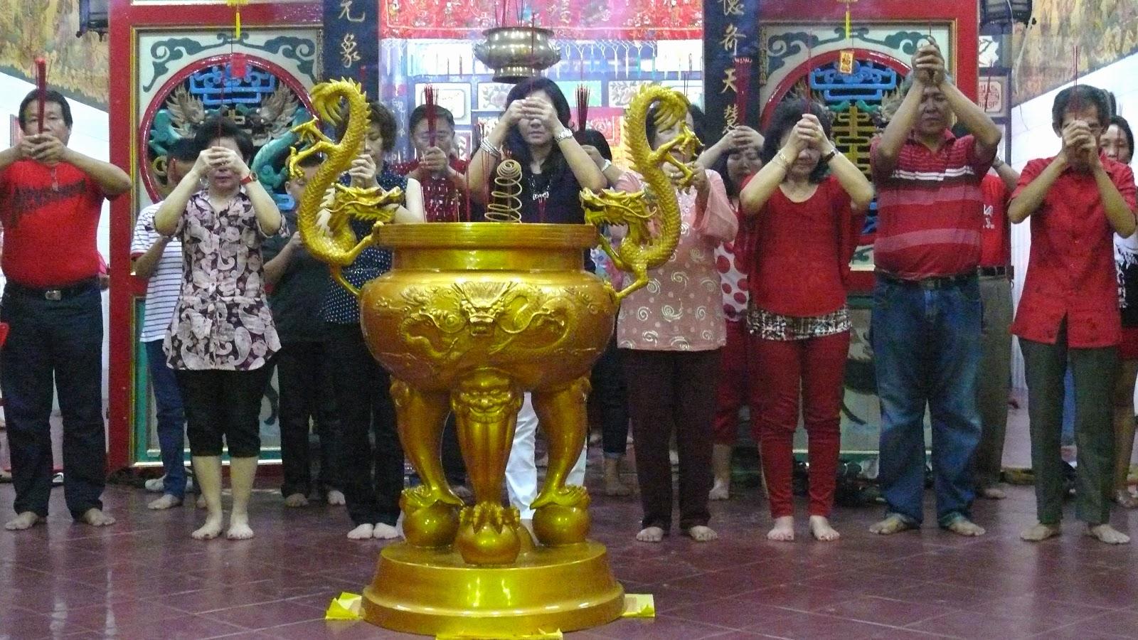 Malam tahun baru Imlek warga Tionghoa Gorontalo berdoa di Klenteng Jongfajar Kelana