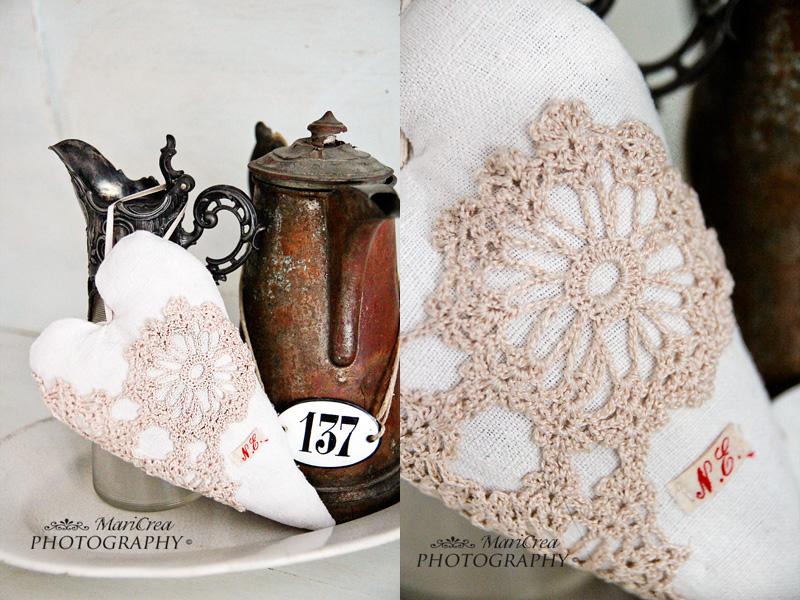cuore in tessuto vintage con decorazioni all'uncinetto