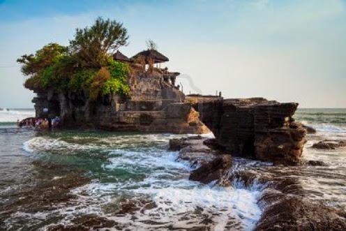 Gambar Objek Wisata Pura Di Atas Batu Karang di Tanah Lot Bali