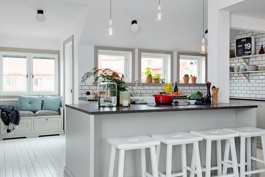 cocina abierta con barra y taburetes