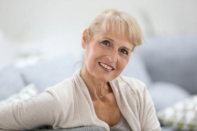 starsza kobieta z pięknym uśmiechem