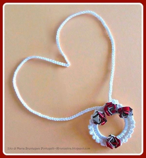 3 in 1: segnalibro/collana con orecchini roselline