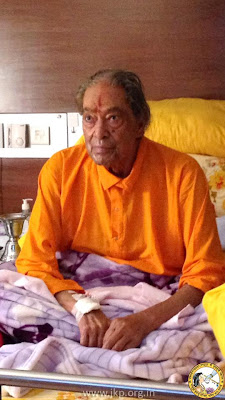 Jagadguru Kripalu Ji Maharaj in hospital bed