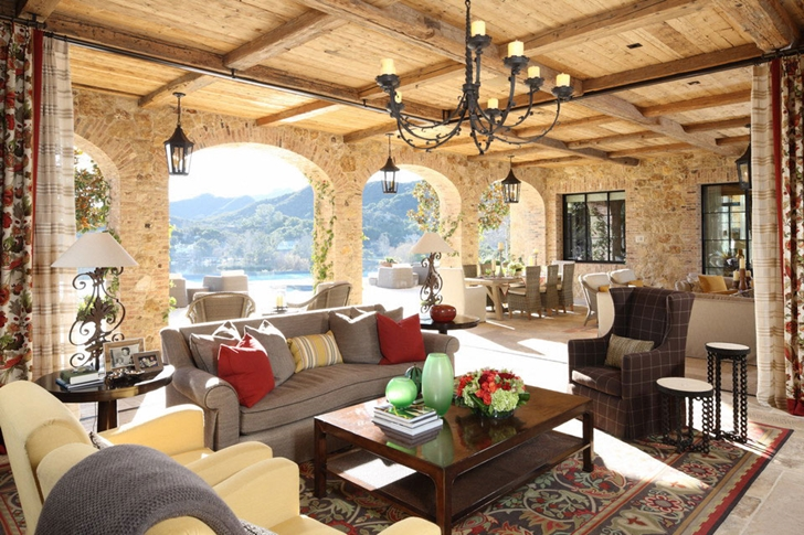 Traditional interiors of Luxury Villa Del Lago