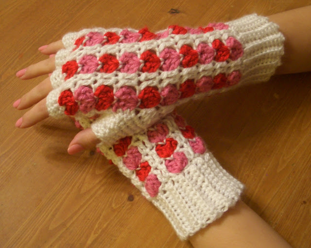 Crochet Fingerless Gloves Tutorials : Crochet Parfait: Scrap Heart Fingerless Gloves