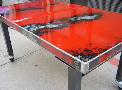 Diseño de mesa con cofre de un auto viejo