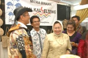 Menteri BUMN Dahlan Iskan & Ibu saat mengunjungi stand PLN di ajang ICC 2012, Selasa (18/9)
