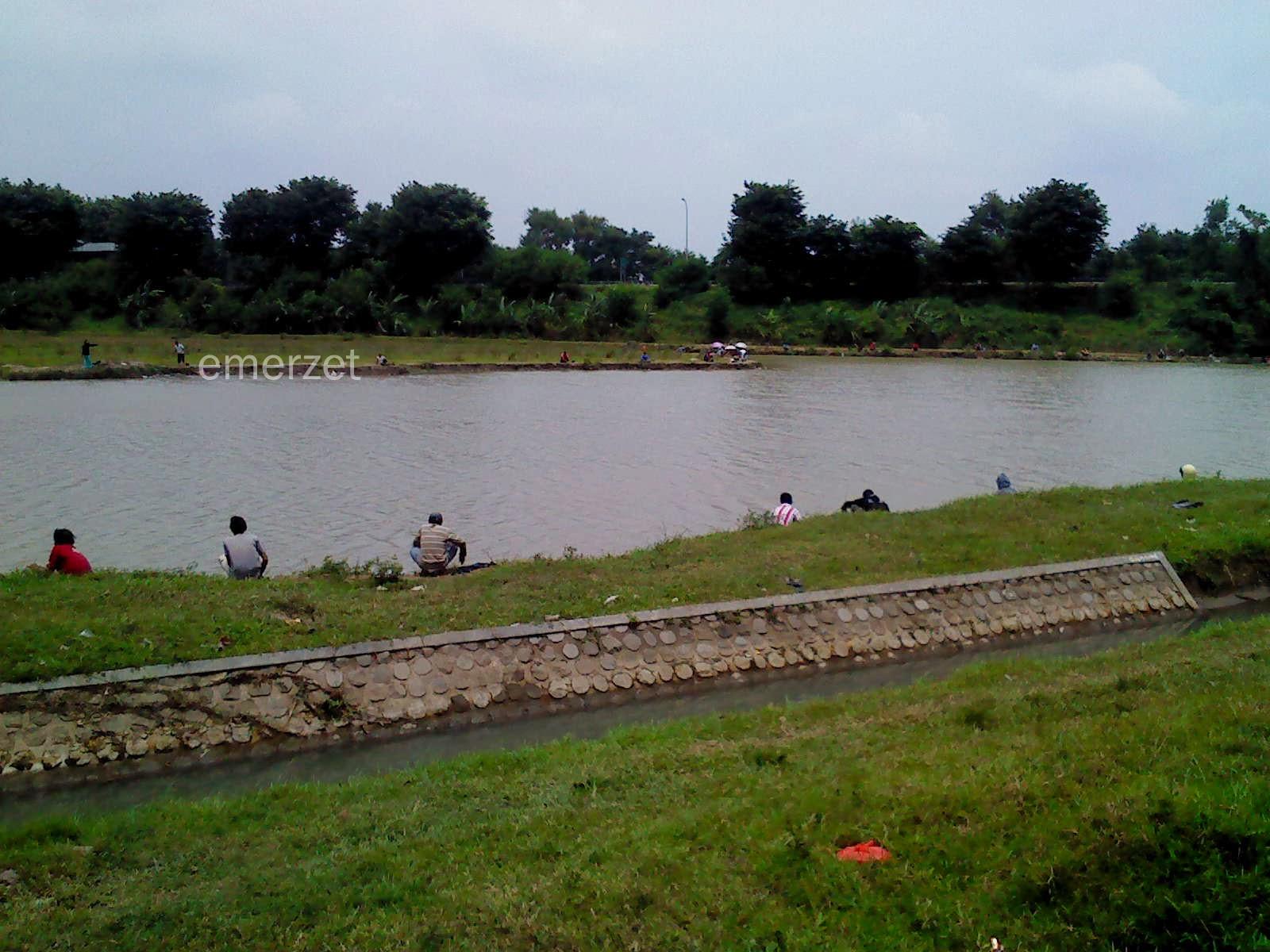 Kolam pemancingan dadakan di Ruko Plumbon Square-Kabupaten Cirebon, 15 Februari 2014